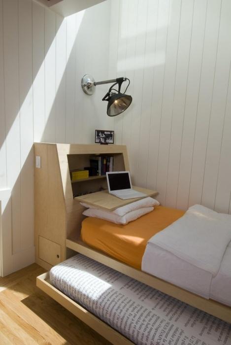 Небольшая спальная комната в светлых тонах - отличное решение для малогабаритной квартиры.
