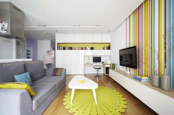 Яркая и очень теплая гостиная комната в светлых тонах с необычными желтыми акцентами.