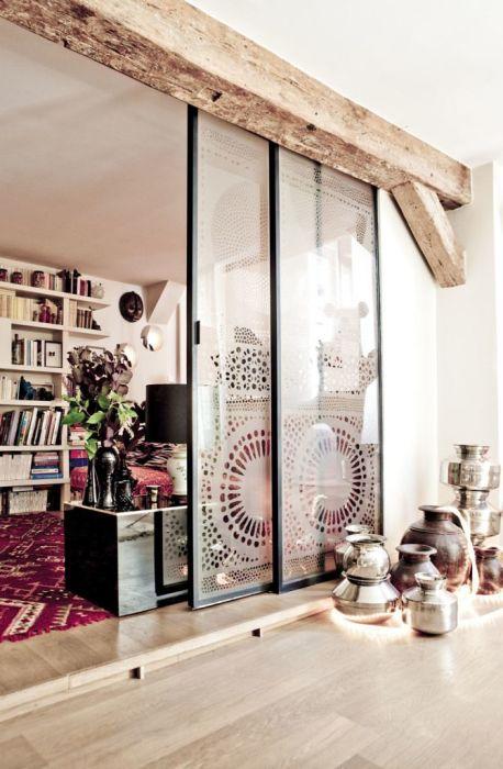 Стеклянная раздвижная перегородка с узорами, которая будут органично смотреться в помещении, оформленном в современном стиле.