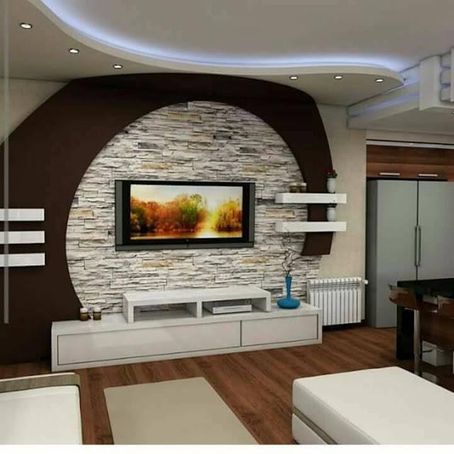 Модульная мебель в светлых тонах и декоративный камень в зоне для просмотра телевизора станет отличным решением для гостиной комнаты.