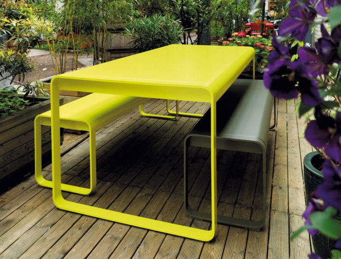 Ярко-желтая садовая мебель, которая акцентным пятном выделяется на фоне растений и поможет создать идеальный дачный участок.