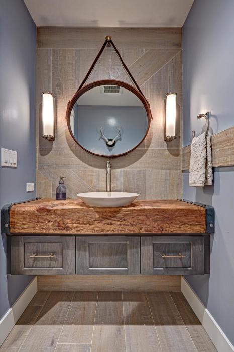 Деревянная столешница под раковину в ванную комнату – свежее и необычное решение.