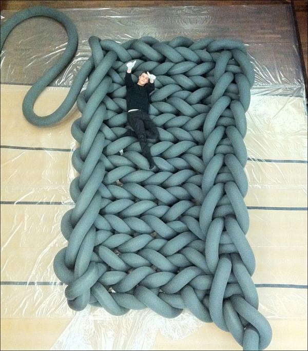 Большая оригинальная дизайнерская кровать в форме плетённых верёвок, которая может приобретать разную форму и размер.