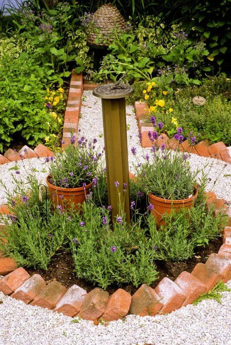 Необычное применение старых кирпичей на территории садового участка.