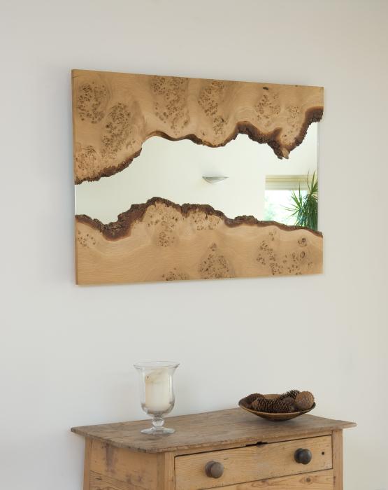 Для ванной комнаты в классическом стиле подойдёт зеркало в резной деревянной раме.
