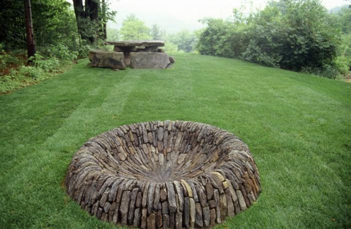 Необычное дополнение из натурального камня разной величины для садового участка.