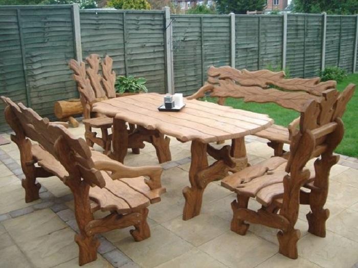 Резная мебель из дорогой древесины, которая отлично подойдет для дачного участка.