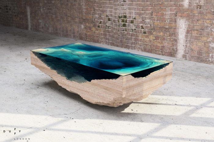 Необыкновенный деревянный столик, в котором сочетается светлая порода древесины и океанического цвета стекло.