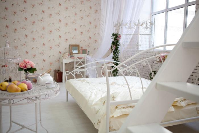 Изящная кованая кровать белого оттенка - настоящее украшение спальной комнаты.