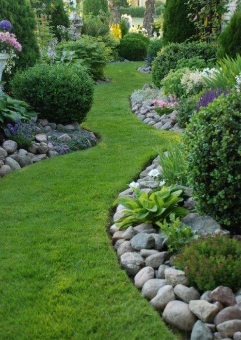 Озеленение не только формирует архитектурно-художественный облик загородного участка, но и улучшает его микроклимат.