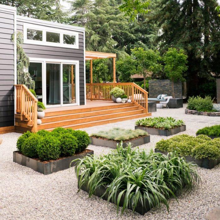 Небольшие квадратные клумбы, которые можно разместить прям у входа в загородный дом.