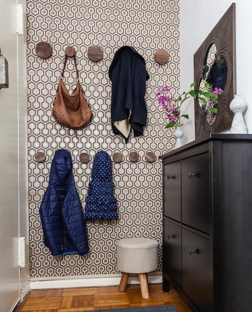 Некоторые маленькие прихожие способны вместить лишь крючки для одежды на стене и маленький шкафчик для обуви.