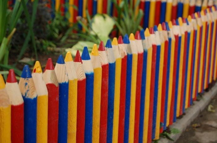 Оригинальное ограждение в виде наточенных цветных карандашей, который точно понравится настоящим художникам.
