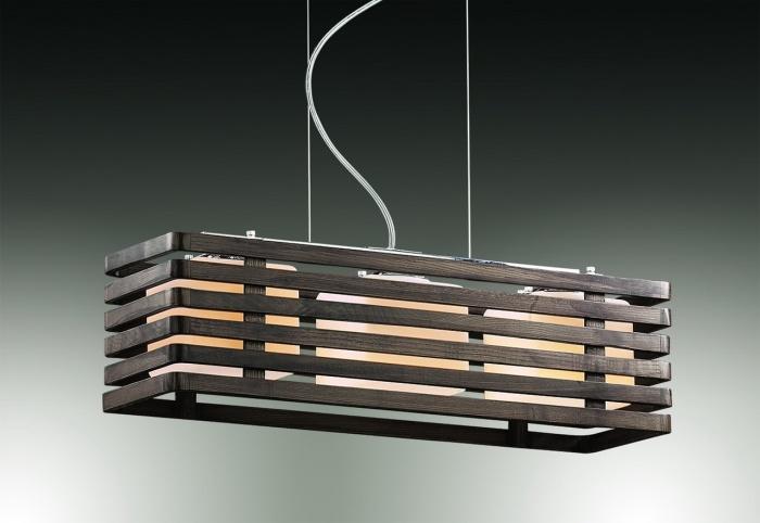 Деревянный каркас для люстры в форме ящика с тремя матовыми стеклянными плафонами.