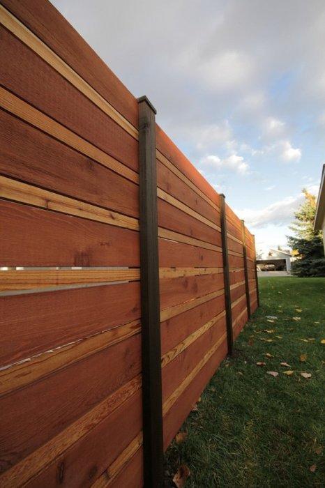 Деревянный панельный забор - распространенный способов организации территории загородного участка.