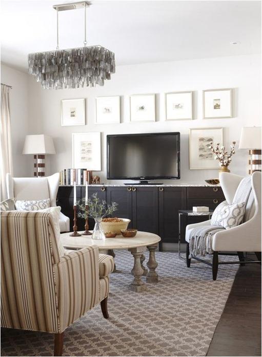 В зоне для просмотра телевизора можно разместить картины, которые внесут свою изюминку в интерьер любой гостиной комнаты.