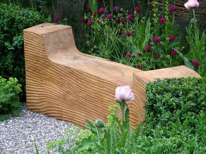 Лавочка из цельного куска древесины с двумя подлокотниками - отличная идея для любителей экостиля.