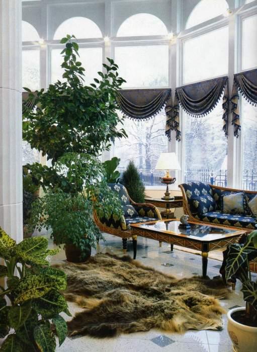 Высокие и стройные мелколистные деревья отлично сочетаются с низкими и широкими растениями.