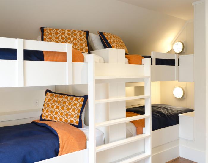 Две двухъярусные кровати с подсветкой могут стать правильным и надежным решением для экономии пространства.
