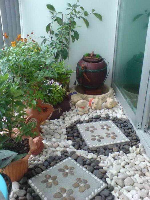 Маленький искусственный сад на балконе позволит создать удивительную атмосферу уюта.