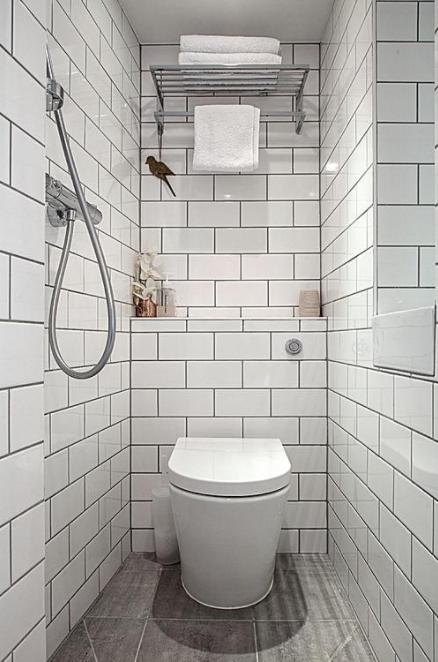 Светлый интерьер туалетной комнаты позволит визуально увеличить пространство и создаст приятную атмосферу.