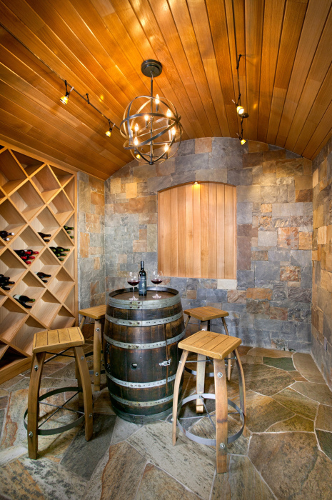 Старую деревянную бочку можно превратить в удобный столик.