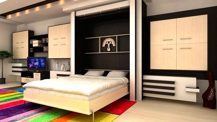 Просторная двуспальная кровать, которая в дневное время прекрасно маскируется под большие светлые стеллажи.