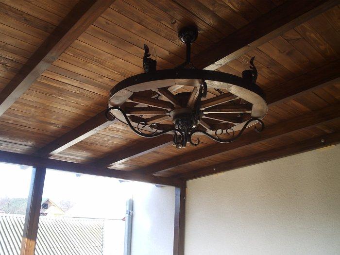 Декоративная люстра из дерева - отличное украшения для потолка.