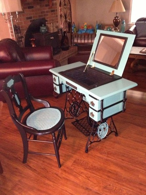 Из металлического основания старой швейной машинки можно сделать оригинальный туалетный столик, который идеально впишется в современный интерьер гостиной комнаты.