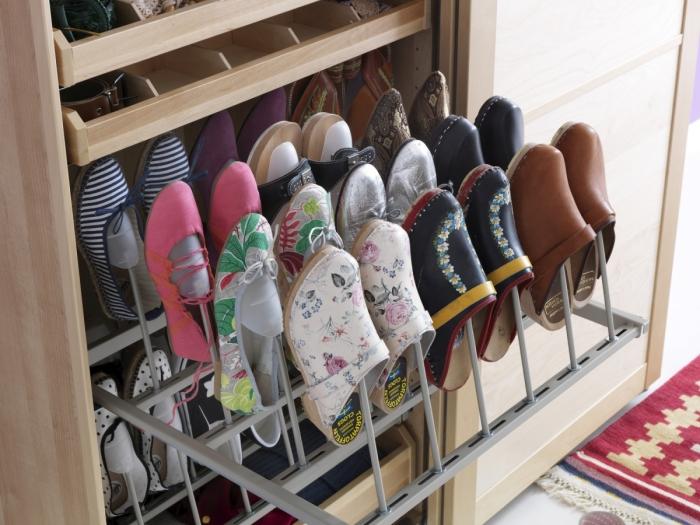 Встроенный шкаф, изготовленный специально для хранения повседневной обуви.
