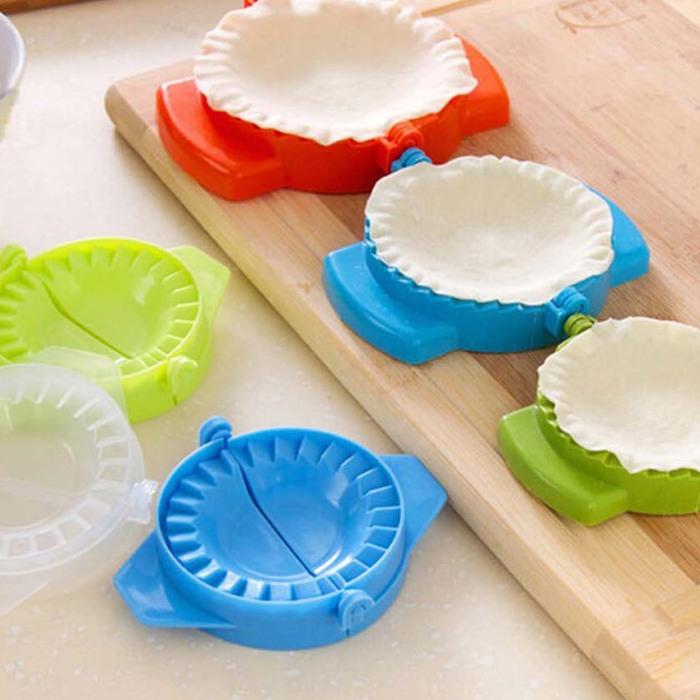 Пластиковые формочки помогут за считанные минуты налепить пельмени для всей семьи.