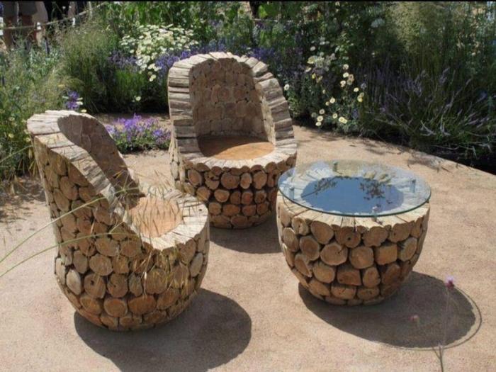 Большое количество деревянных срубов можно использовать для создания садовой мебели.
