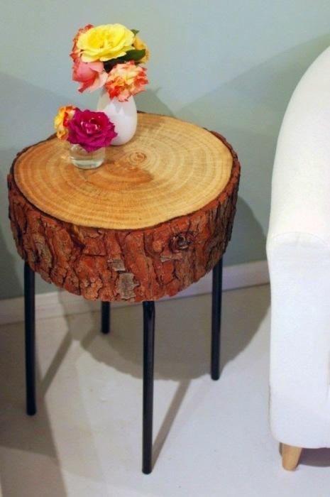 Тумбочка из спила дерева на классических металлических ножках станет настоящей достопримечательностью в современном интерьере.