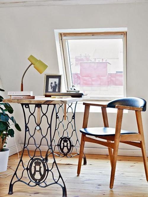 Из старой швейной подставки можно сделать простой функциональный письменный стол.