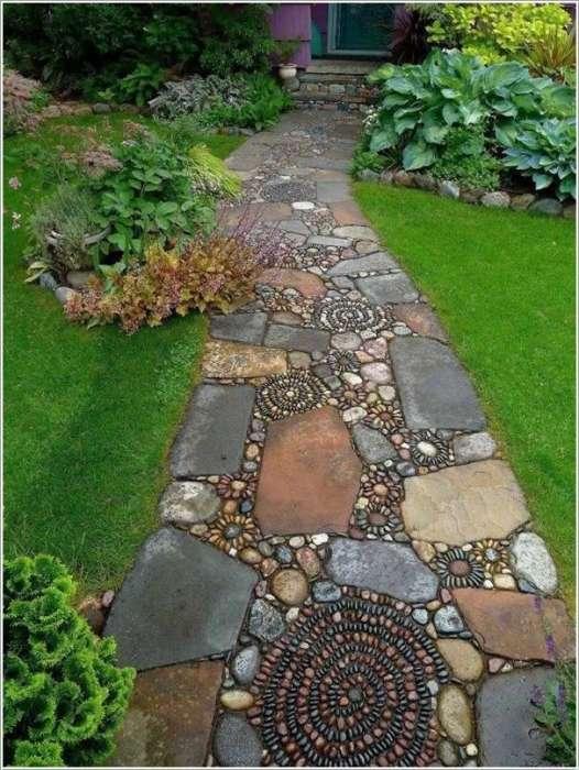 Садовая тропинка из разноцветной гальки и искусственного камня.