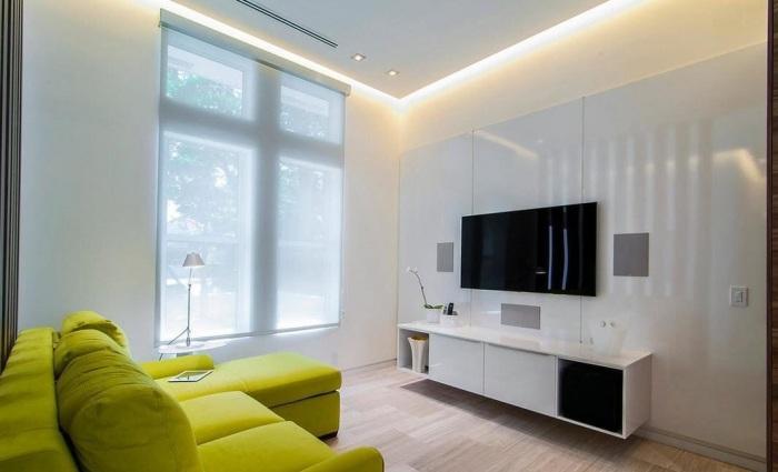 Встроенное освещение для небольшой гостиной может визуально увеличить пространство.