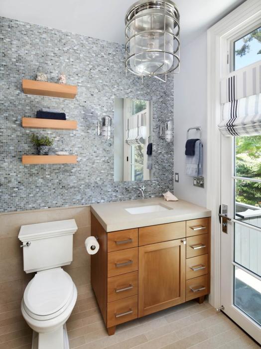 Классический интерьер небольшой ванной комнаты.