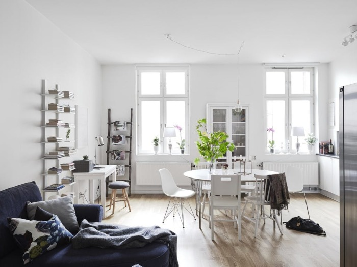 Небольшая квартира-студия, стены и пол которой оформлены в спокойных светлых оттенках.