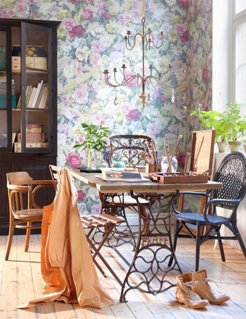 Оригинальный столик из старинной швейной подставки - самая несложная винтажная мебель, которую можно смастерить своими руками.