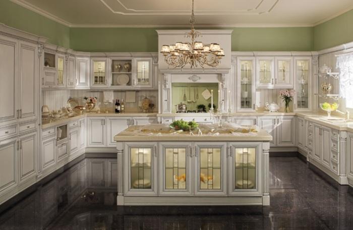 Просторная кухня в которой максимально эффективно подчеркнут светлый гарнитур.