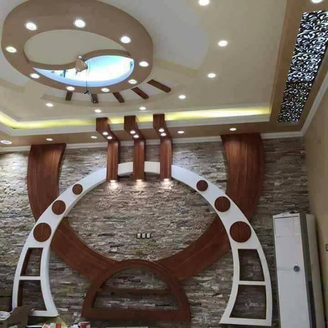 Необычная деревянная дизайнерская конструкция, на которой можно разместить большую плазменную панель.
