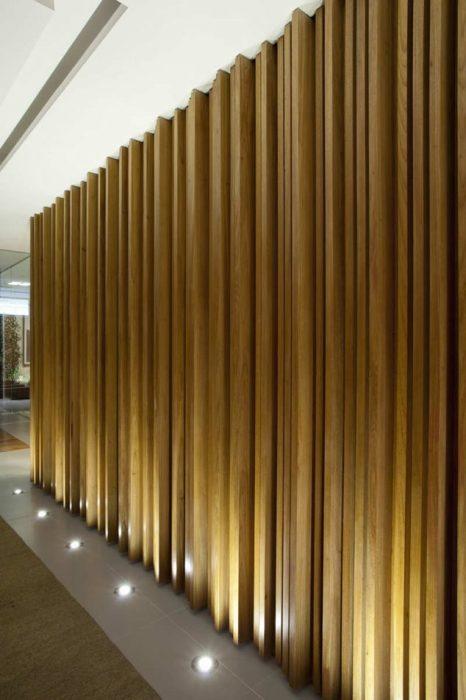 Деревянные доски и правильно подобранное освещение гармонируют с экостилем.
