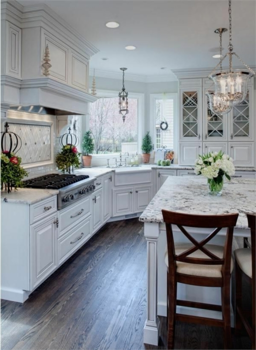 Стильная светлая кухня, в которой удалось разместить функциональный гарнитур с обилием шкафчиков и ящиков.