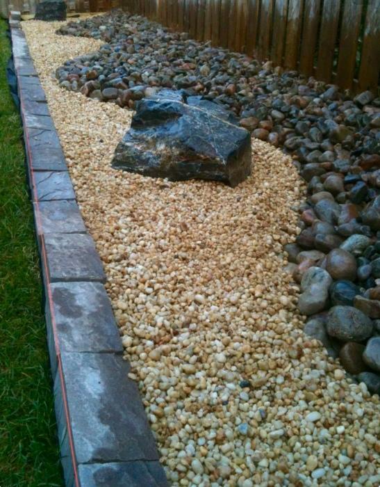 Камни и цветная галька позволяют создавать фантастические декорации и прекрасно оттеняют красоту цветов и растений в саду.