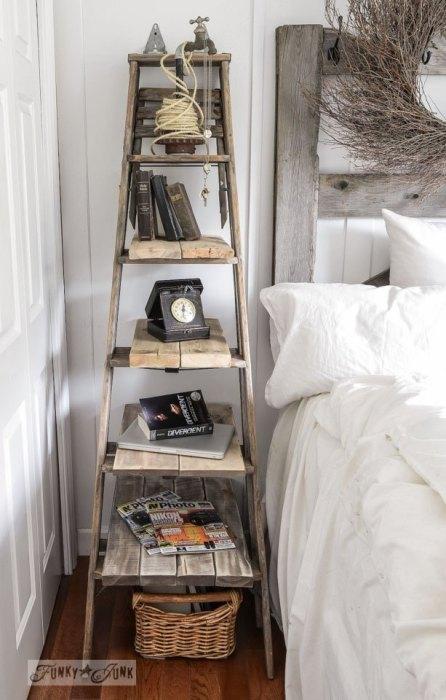 Стеллаж из старой деревянной лестницы замечательно дополнит дизайн интерьера в рустикальном или экостиле.