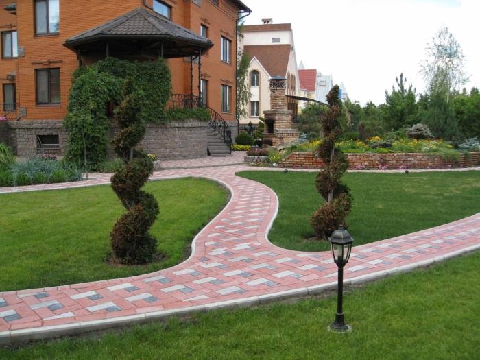 Сложные системы дорожек и декоративные растения необычной формы станут отличным решением для современного садового участка.
