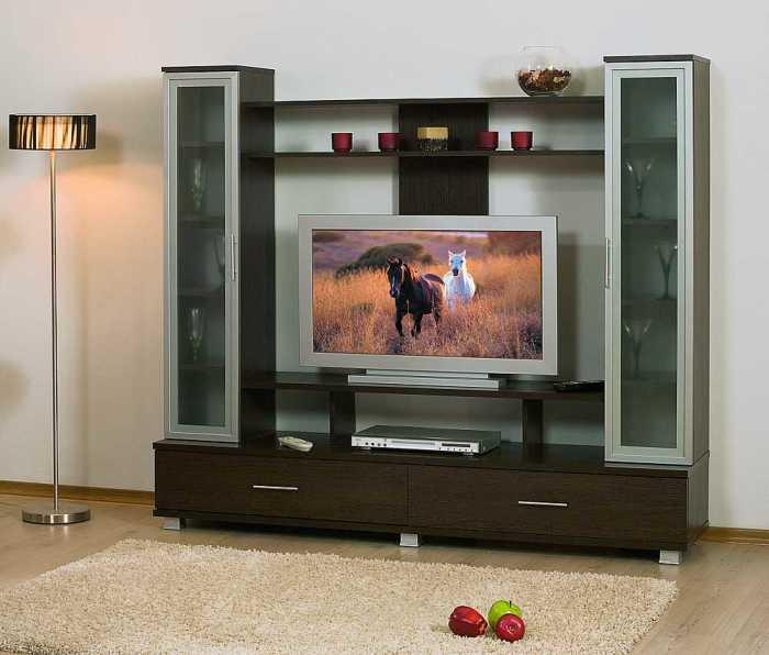 Настенный телевизор в гостиной — для вечерних посиделок всей семьей.