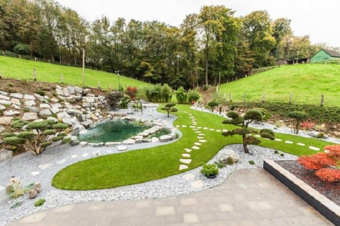 Иногда даже небольшой, но тщательно сконструированный декоративный пруд способен изменить облик ландшафтного дизайна.