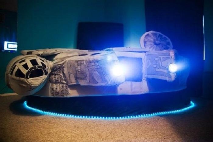 Кровать с неоновой подсветкой, которая придётся по вкусу всем любителям «Звездных войн».