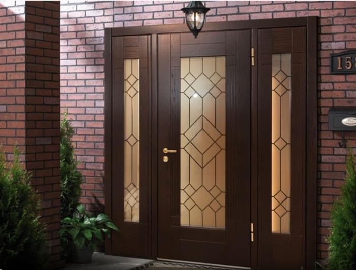 Красивая и оригинальная дверь способна украсить внешний вид здания.